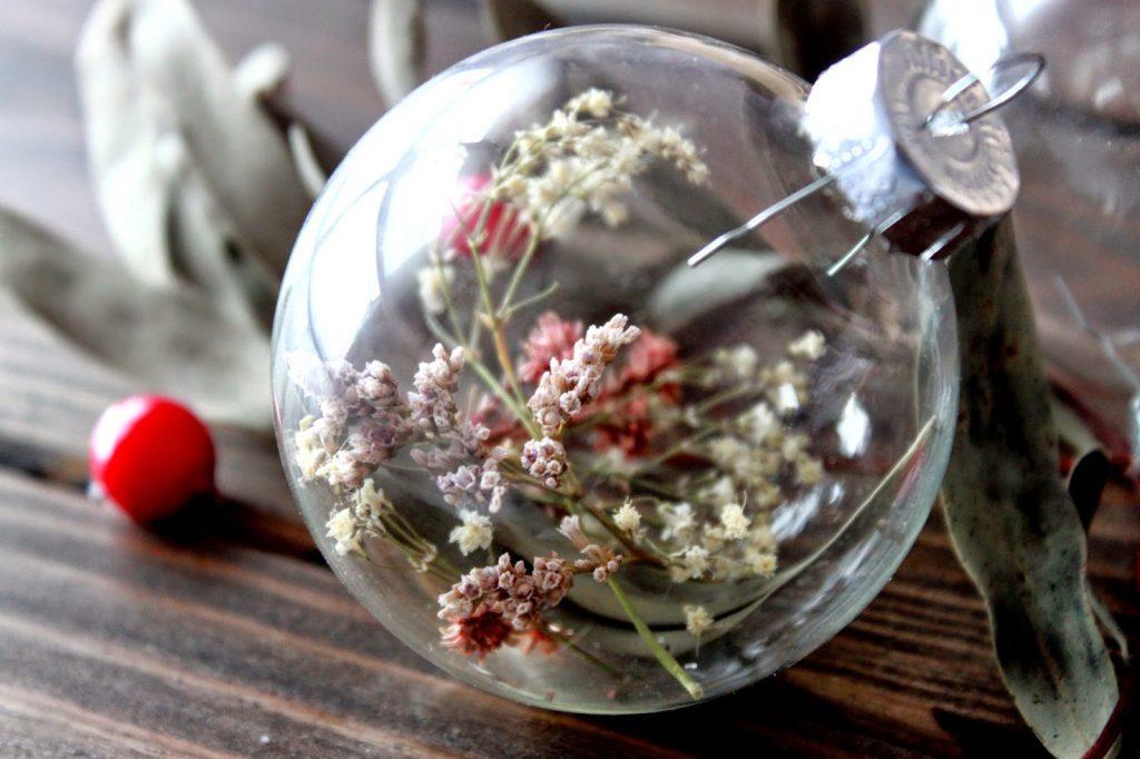 bolas de navidad con bombillas