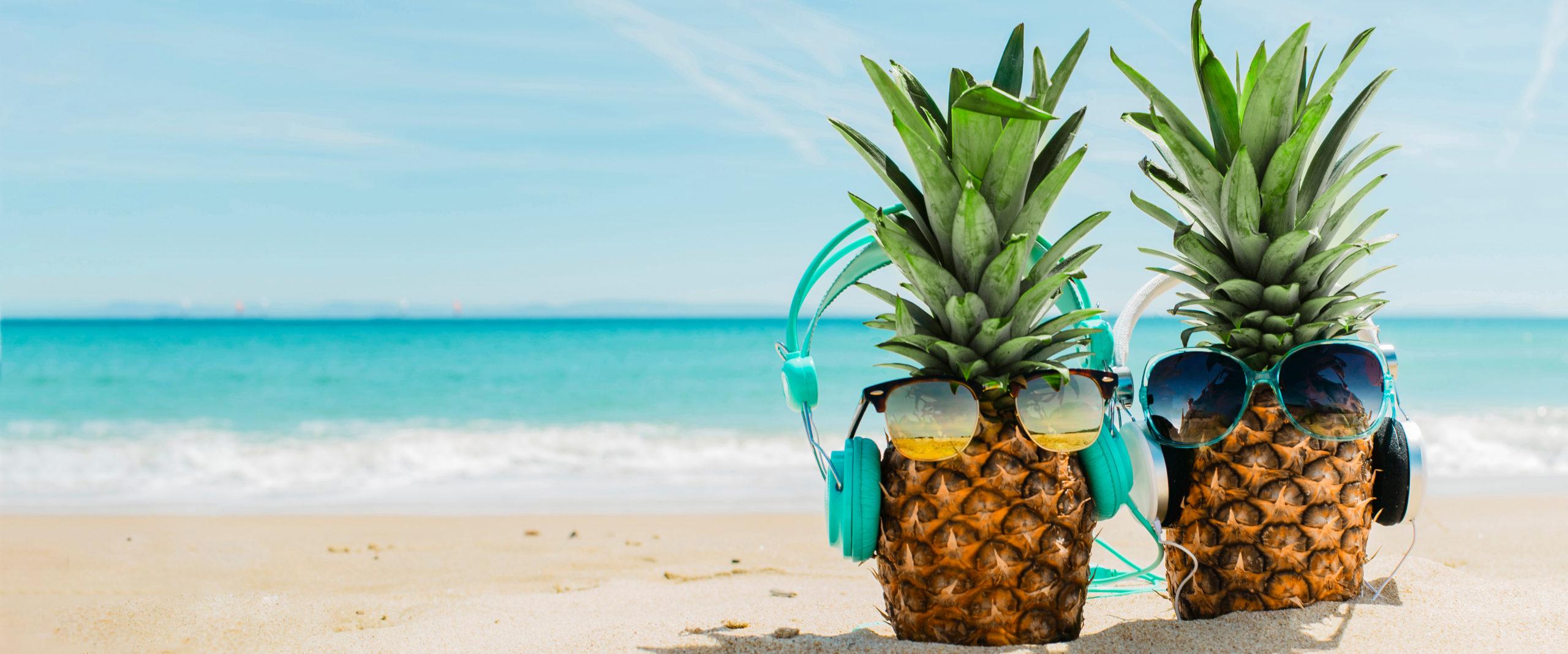 Una piña en el mar para motivar en el verano