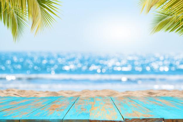 Parte superior de madera con vista al mar en verano