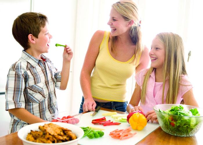 imágenes de madres cocinando con sus hijos