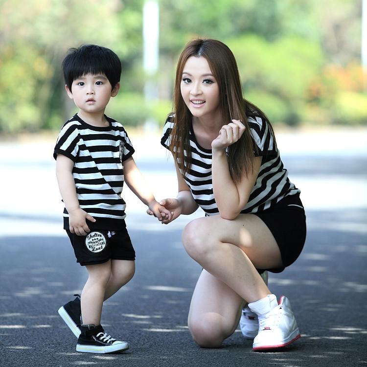madres e hijos varones vestidos iguales
