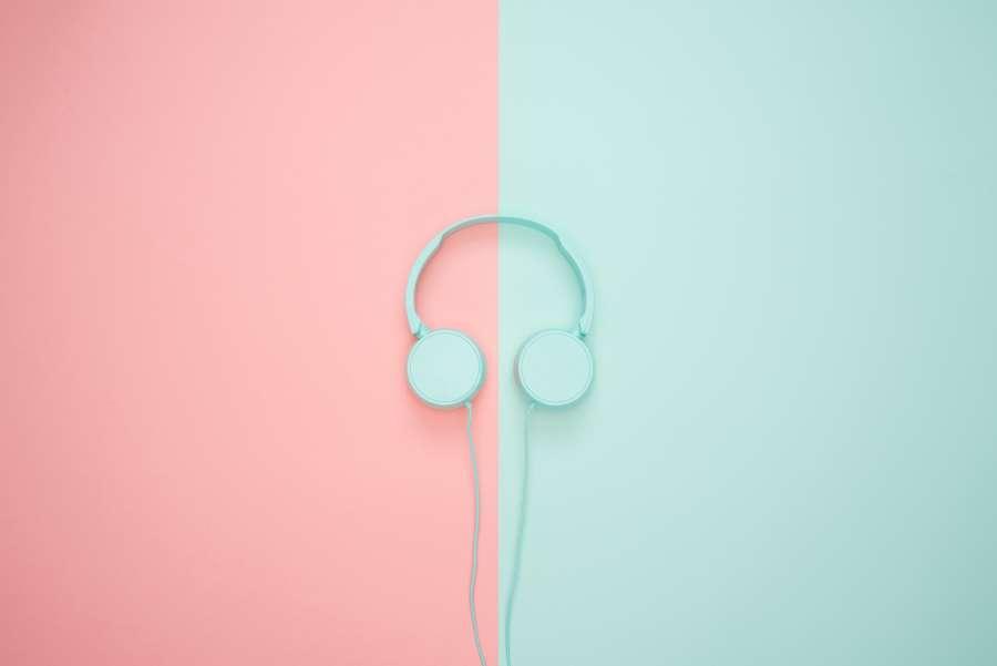 Hermoso fondo de pantalla rosa y celeste con audifonos