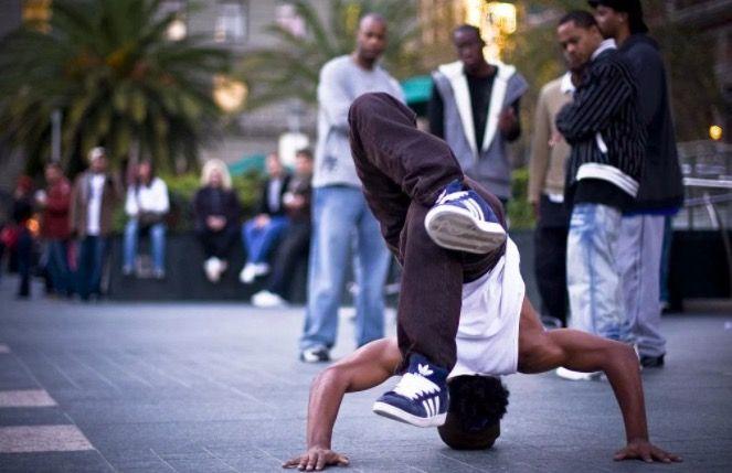 Amigos viendo como baila Hip Hop