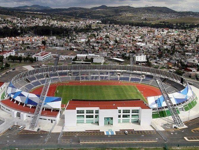 Estadio y casa de fondo