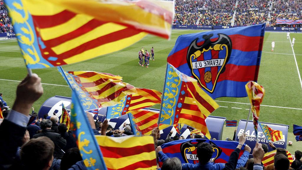 Banderas en lo alto del club
