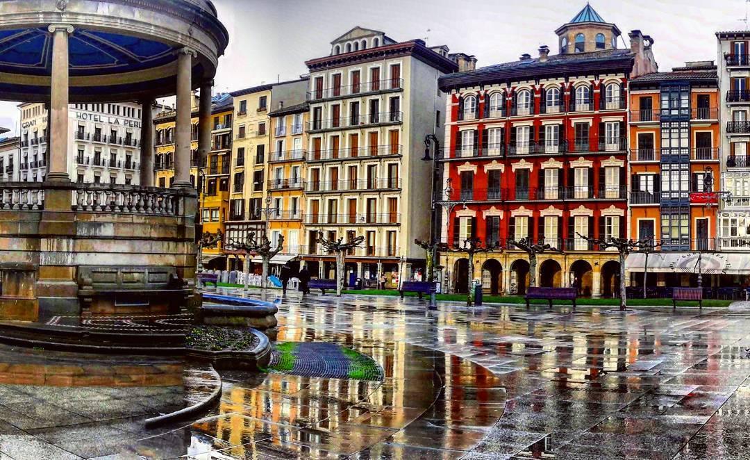 Plaza del Castillo fondo